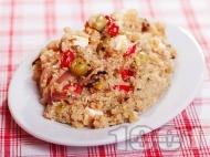 Средиземноморска салата с киноа, пилешко месо, чушки и сирене